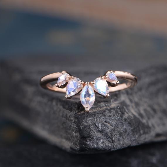 Moonstone Wedding Band Anillo curvo en forma de pera de oro rosa Milgrian Beaded Chevron Pila a juego Dainty Bridal Promise Anniversary Gift   – clothing