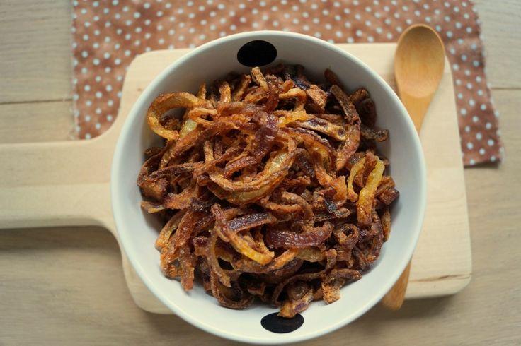 Hjemmelavede ristede løg. Opskrift på sprøde og knasende hjemmelavede ristede løg. De er nemme at lave, og så smager de godt.