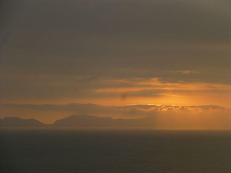 5 y 5pm. El sol cada vez se acerca más al mar.