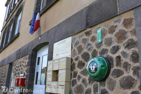 La commune de Lempdes-sur-Allagnon avait déjà financé l'achat d'un défibrillateur qui se trouve dans la salle polyvalente.  Un deuxième a été installé à l'extérieur du bâtiment de la mairie, l'appareil est signalé depuis la rue par une signalétique appropriée.  « Le choix de l'emplacement a été difficile à définir, impossible de le poser sur un mur fortement exposé au soleil, la chaleur l'abîmerait. Nous avons donc opté pour l'arrière de la mairie », confie un élu.