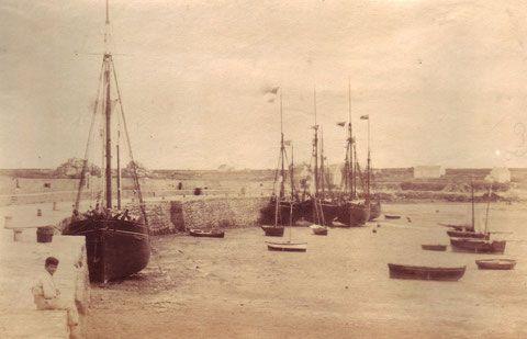 Sur cette photo de la collection Vickers Gaillard on retrouve on retrouve les cotres et dundées de cabotage le long du vieux quai et les petits sloups au tirant d'eau réduit sans différence.