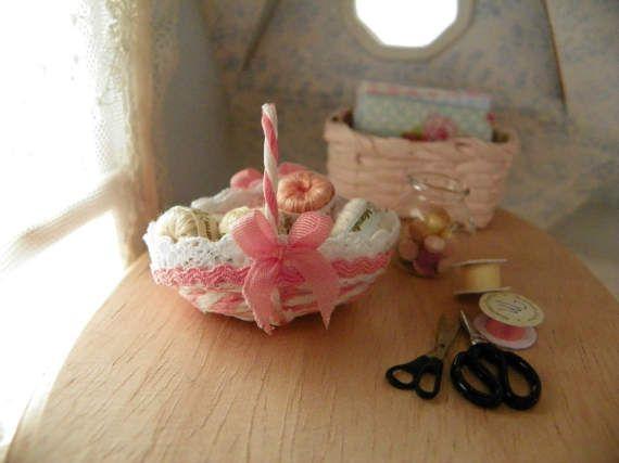 cestino di gomitoli di cotone per uncinetto in miniatura scala