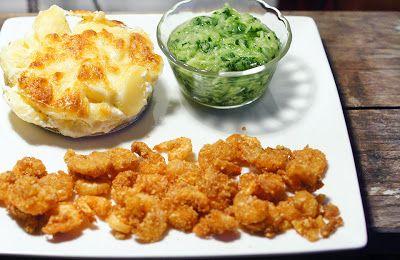 Met Hamkas chips gepaneerde garnalen, met aardappelgratin en komkommersalade