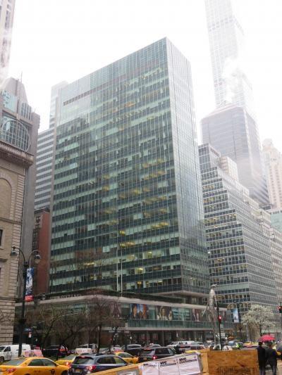 美術館巡りと並行しロケ地巡りしてきました~<br /><br />歩いていれば必ずロケ地に行きあたります(笑)<br /><br />表紙の写真はマット・ボマー主演 <br />ドラマ「ホワイトカー」のFBIニューヨーク支部の外観に使用されたビル<br /><br />雨だったのでうまく写真が撮れてません。<br />すみません(^^;