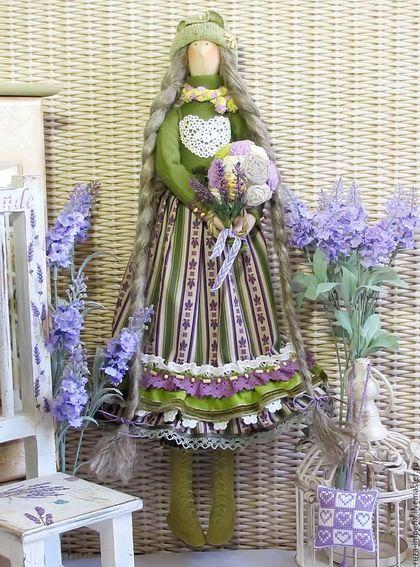 Купить или заказать Варвара Лавандовая интерьерная кукла в интернет-магазине на Ярмарке Мастеров. Варвара Лавандовая интерьерная кукла. Новая кукла сшита по мотивам кукол Симона и Берта, которые были представлены в магазине ранее. Варвара сшита исключительно из натуральных материалов: хлопок, лен, шерсть, замша, хлопковые кружева, деревянный бисер. Косы Варвары натуральный лен чесаный, шапочка из шерстяного со льном трикотажа, высокие сапожки натуральная замша. Рост 51 см.