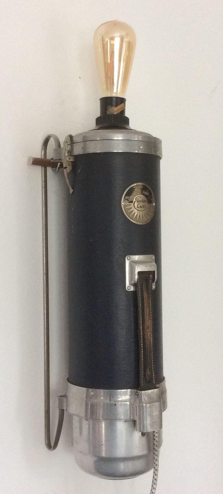 Vintage Elextro-lux (stofzuiger) wandlamp met leren handvat en Edisin gloeilamp 150,-