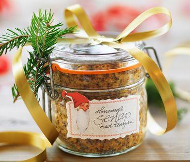 Mjuk, stark och kryddig på samma gång. Lyxigt att göra hemmagjord senap med sting av timjan. Kul att ta fram på julbordet eller en perfekt gåbortpresent!