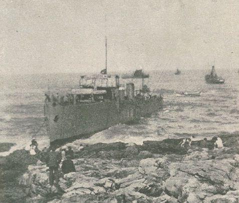 O NRP Guadiana encalhado no Cabo da Raso.