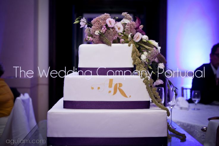 Wedding cake decorated with real flowers.  Wedding by The Wedding Company - Portugal.  Photo by Aguiam Fotógrafas.