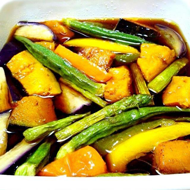 今日の朝の作り置きは、野菜の揚げびたしです。 夜よーく味がしみていておいしかったです。 昆布つゆにしょうがをプラスした簡単レシピです。 野菜はナス、ピーマン、パプリカ、おくら、いんげん、アスパラ、かぼちゃ、たくさん入れました。 野菜をたくさん食べて、健康的に少し体をしぼれたら! - 110件のもぐもぐ - 彩り野菜の揚げびたし♪ by syoko622