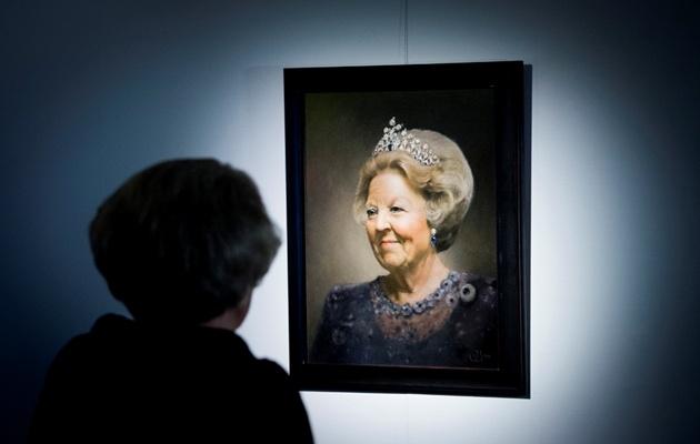 Apeldoorn, 2 maart 2013: de Koningin bekijkt een schilderij van Judith Steenkamer tijdens de tentoonstelling Beeld van Beatrix in Paleis Het Loo © ANP, foto: Robin Utrecht