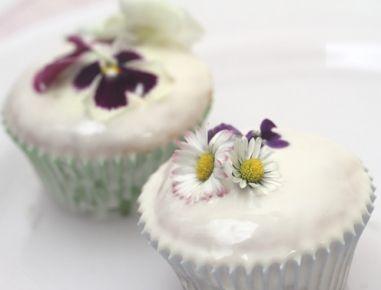 Für die leichten Blüten-Muffins das Backrohr auf 160 Grad Heißluft vorheizen. In einer Schüssel das Backpulver in das Mehl einsieben. In der