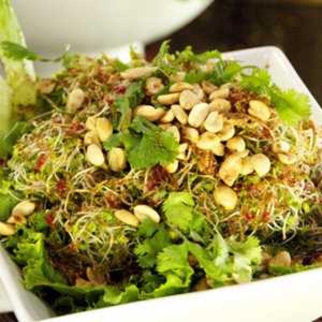 Ensalada de germen de alfalfa con vinagreta de chamoy