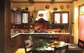 Questa è la più tradizionale delle cucine, i colori caldi dei muri si abbinano perfettamente al marrone scuro dei mobili, rendendola molto accogliente!