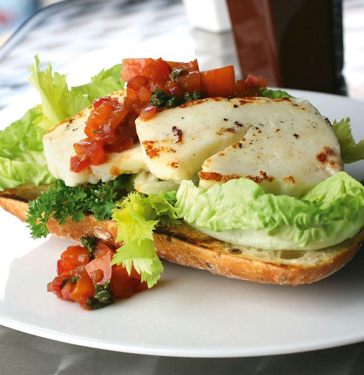 Vi älskar halloumi! Prova grekiskt till lunch med den här smarriga ciabattan.