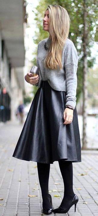 Tenue: Pull à col rond gris, Jupe mi-longue en cuir plissée , Escarpins en cuir , Pochette en cuir