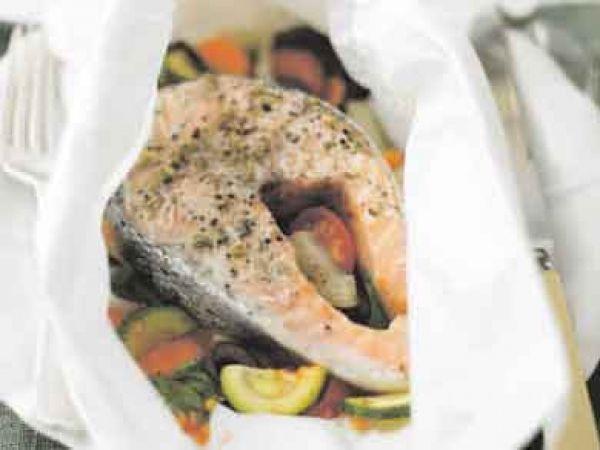 Zalm in papillot - Libelle Lekker! Verwarm oven 190°C Fruit de wortelen, courgettes en ui enkele minuten in olie. Schep er dan de tomaten, olijven, knoflook en basilicum door. Bedruppel de zalm met citroensap. Kruid met peper, zout en Italiaanse kruiden. Schep er een lepel groenten in de folie en leg er een moot zalm bij. Besprenkel met olie. Leg de zalmpapillotten 20 tot 25 minuten in de oven.