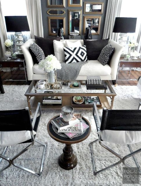 Un peu classique et cliché de la mode actuelle (accumulation coussins, tableaux...), mais ça me donne des idées.
