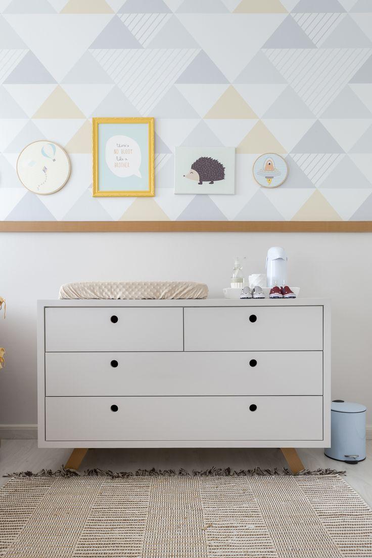 Comoda em laca , projetada pelo nosso escritorio. Cavas vazadas e redondas. Composição de quadrinhos. Papel de parede de triangulos e acabamento de rodameio em madeira.