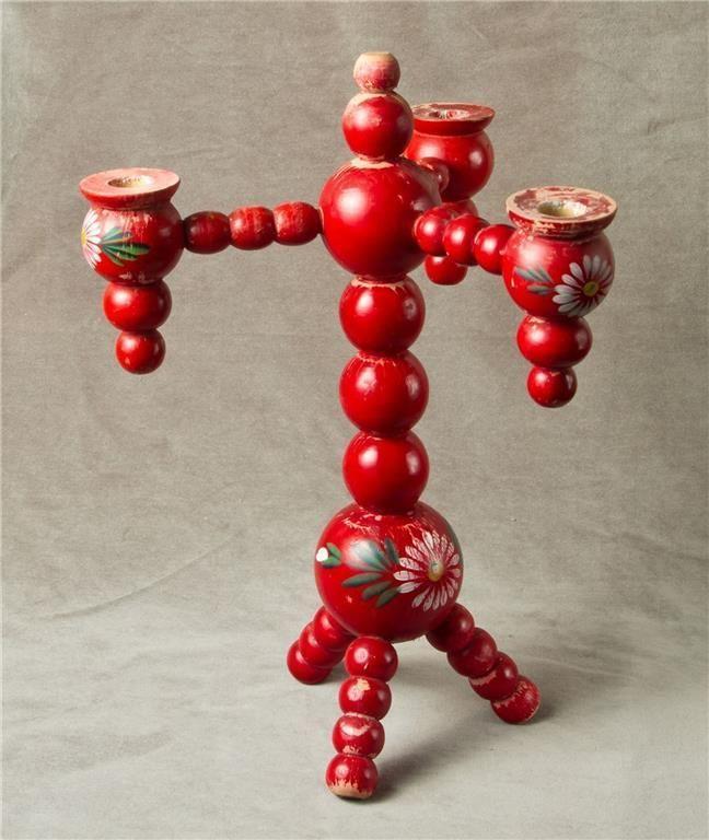 Ljusstake, trearmad, charmig, gammal, trä, röd med målade blimmor.