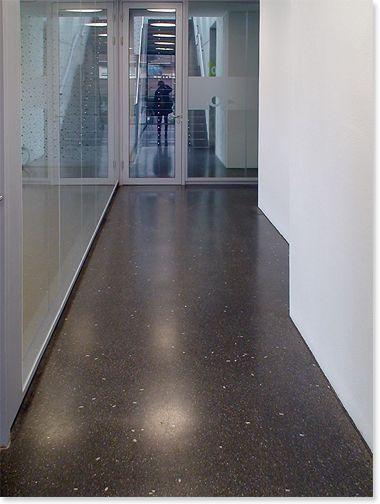 Couloir / Le sol contribue à créer une ambiance design.