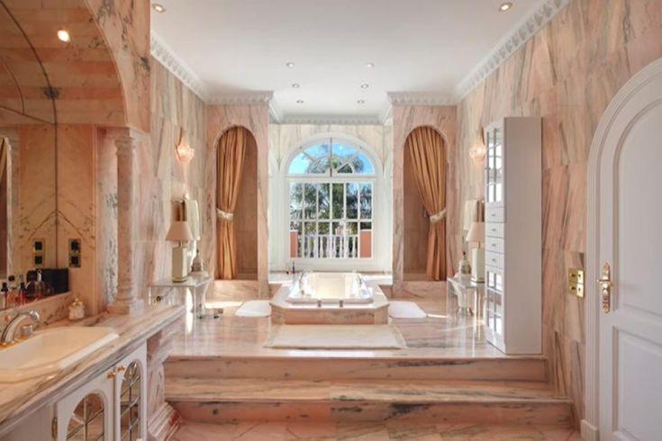 Prince: Une villa en Espagne | CHEZ SOI Photo: ©toptenrealestatedeals.com #deco #maisondereve #Maisondestars #prince #espagne #immobilier #luxe #villa