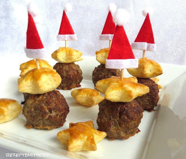 Weihnachtliches Fingerfood. Hackbällchenspieße mit Blätterteigsternen zum Dippen, knabbern, naschen.     Ihr benötigt: ♡ 5 TK Blätterteig Platten ( 225 g ) ♡ 1 Eigelb ♡ 1 EL…