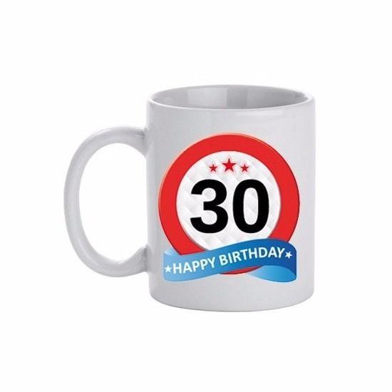 Verjaardag 30 jaar verkeersbord mok/beker. Deze leeftijd mok 30 jaar heeft een inhoud van c.a. 300 ml. De beker is magnetron en vaatwasmachine bestendig. Materiaal: keramiek. Hoogte: 9,5 cm. Doorsnede: 8,2 cm.