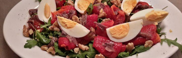 Salade met geroosterde paprika, ansjovis en walnoten (insalata di peperoni, acciughe e noci ). De eenvoud van deze salade met geroosterde paprika, ansjovis en walnoten is een typisch voorbeeld van de onweerstaanbare Italiaanse keuken. Heerlijk!