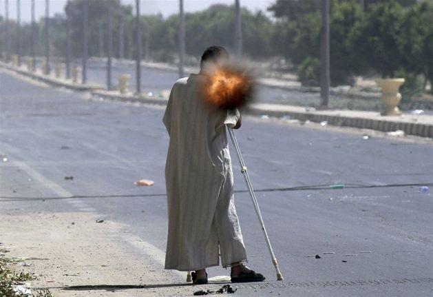 Libijski rebeliant strzela z granatnika podczas walk w Syrcie, 24 września. Fot. Anis Mili / Reuters/forum