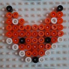 Van strijkkralen een sleutelhanger maken, met het patroon van JW.ORG IN BLAUW/WIT