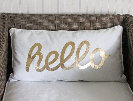 <p>Você costuma colocar algumas almofadas em cima da cama? É bem provável que a sua resposta seja sim: almofadas estão em todo lugar! Se bobear, elas conseguem renovar uma decoração inteira praticamente sozinhas. Imagine só um quarto branquinho, sem nenhum item muito chamativo… daíPÁ:lá estão elas, as almofadas coloridas na cama. Pronto, decoração feita sem […]</p>
