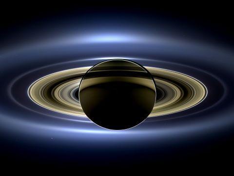 土星 この星を影に入り、逆光で撮影した写真がNASAによって公開されています。現実の光景とは思えない、宇宙の神秘を肌で感じさせる光景です。