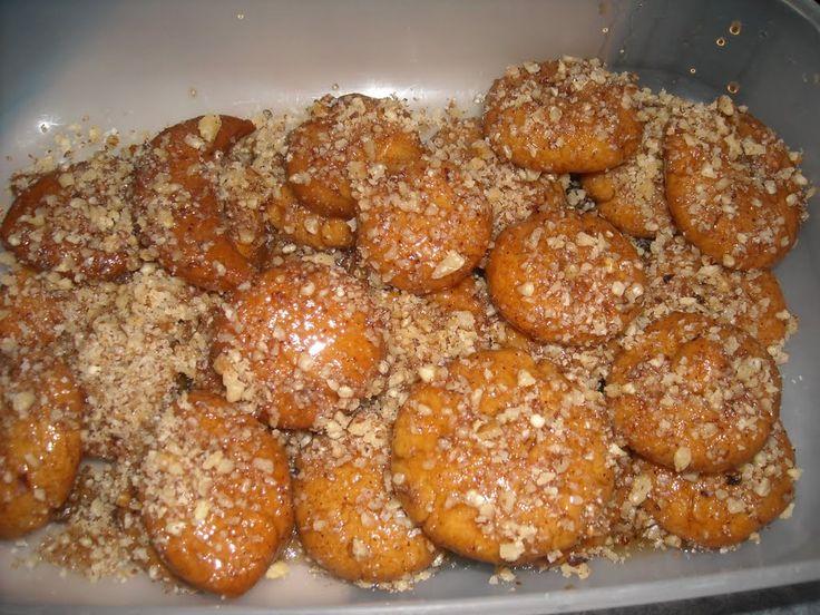 Το πρώτο πολυπόθητο γλυκό που ετοιμάζουν οι νοικοκυρές καθώς πλησιάζουν τα Χριστούγεννα. Μια εύκολη συνταγή για τα παραδοσιακά μελομακάρονα με σιμιγδάλι με