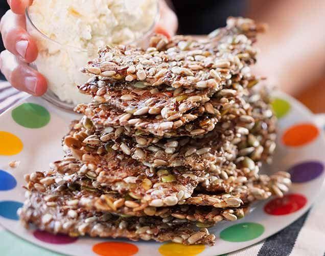 Fröknäcke är hur enkelt som helst att baka och riktigt nyttig. Här kommer receptet på världens godaste och enklaste fröknäcke.