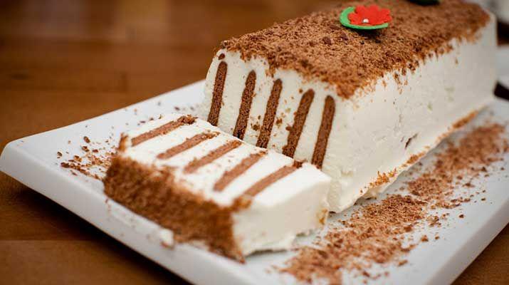 Торт без выпечки — это так удобно, просто и быстро! Предлагаем вам попробовать этот отличный рецепт. Отличный уже потому, что его не надо выпекать. А еще он очень вкусный. Ингредиенты: 2 упаковки сливок 38% = 500 мл 1/2 ст. холодного молока 1 упаковка ванильного пудинга 1/2 ст. сахара 250 г кварка 5% (гвина левана) или нежирный творог 20шт.печенья с шоколадным вкусом половинка шоколадки и одноразовая или силиконовая прямоугольная — форма для пирогов Приготовление: Наливаем в ...