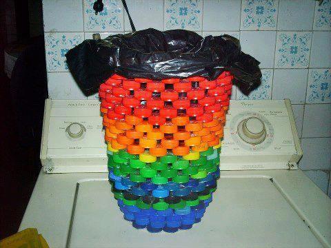 Cesto de lixo com tampinhas de garrafa.