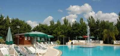 Villaggio Club Cala Verde - Calabria. Il Cala Verde è un villaggio residence formato da villette a schiera nella splendida baia di Copanello, Golfo di Squillace a 10/15 minuti da Soverato. La spiaggia, un'ampia distesa di sabbia, è situata a circa 250 metri dal villaggio.