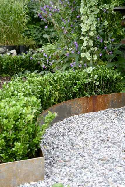 Vilken vacker kant av valsad plåt!FrånTrädgårdsflow: Om buxbom, plåtkanter och lite till