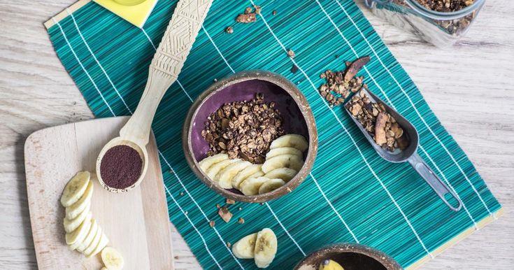 """Acai-Bowls sind ein typisches Superfood-Frühstück in Brasilien. Das Grundrezept, """"Açaí na tigela"""" geschrieben, wird aus dem Mix vonAcai-Beeren-Fruchtfleisch und einer Banane hergestellt. Das Besondere? Beides ist gefroren und schmeckt wieSmoothies zum Löffeln oder Nice Cream gemixt mit Beeren. Kurz: super gesund, sättigend & lecker! #detox #diät #diet #info #cleanse #juice #saft #kur #entgiften #entschlacken #gesund #rezepte"""