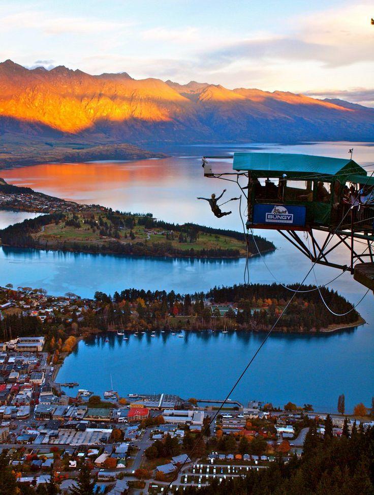 Μπάντζι τζάμπινγκ από πλατφόρμα 400 μέτρων πάνω από το Queenstown στη Νέα Ζηλανδία.