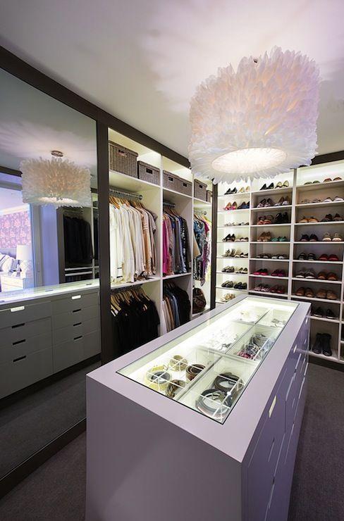 Vestidor / Closet en el que el ambiente especial lo realiza el juego de luces, aspecto juvenil pero de gran inversion. #BrandsSociety #vestidor #closet