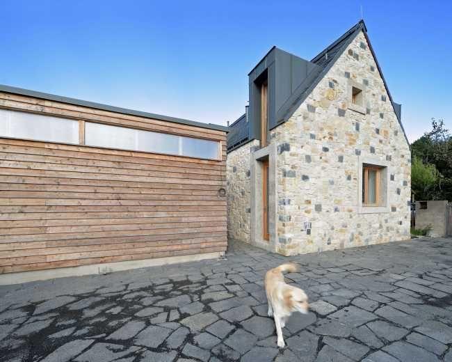 Kámen na obvodový plášť domu z nedaleké bourané stodoly je fyzicky konkrétním projevem kontinuity místa