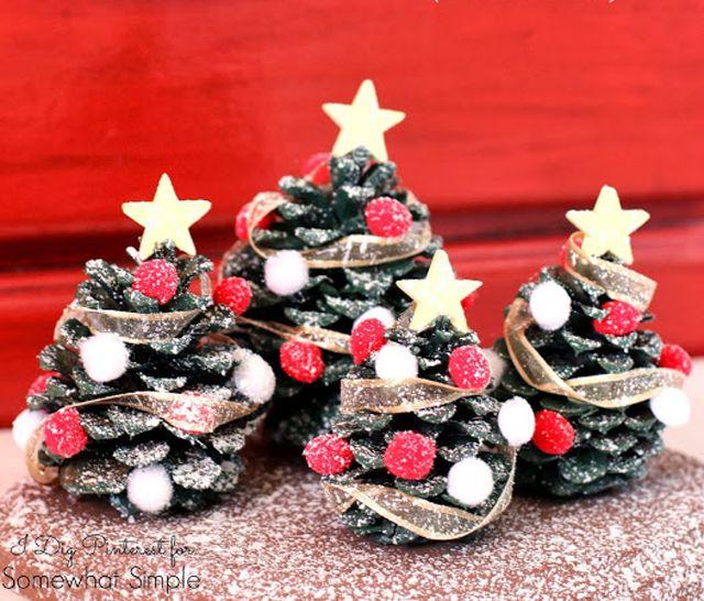 Pigna trasformata in alberello di Natale http://www.passiondiy.com/pigna-trasformata-in-diventano-alberelli-di-natale/ #natale - Pigne decorate a festa!