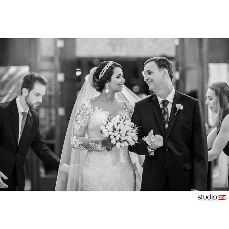 Todo estava acontecendo, mas para eles, o mundo parou nesse segundo ❤ Olhar de pai e filha com muito amor ❤❤ . . . . . . . . ❤  #fotografia #fotografiadecasamento #fotografiadecasamentocuritiba #casamento #casamentocuritiba #noivos #noiva #wedding #weddingbrasil #vestidodenoiva #weddinginspiration #photografy #weddingdress #weddingandlove #weddingphotografer #weddingday #weddingphotografy #weddingpics #photos #photografer #vestidadenoiva #noivadoano #noivascuritiba #weddingidea #in