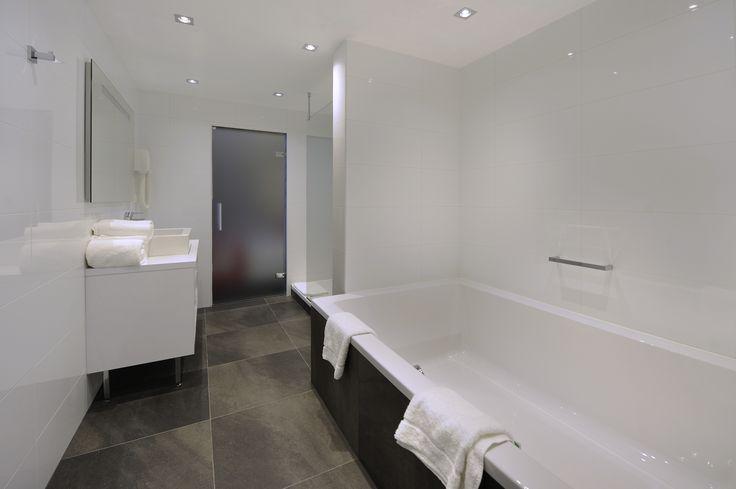 Hotel 's-Hertogenbosch-Vught Waan uzelf in een moderne, romantische omgeving en relax bij de sfeerhaard, in deze Shakespear Suite met afwisselend zilveren en roze tinten. U slaapt op een comfortabele kingsize boxspring. De 51 m2 grootte suite is uitgerust met balkon met een zitje, airconditioning , zitje met een flatscreen tv en sfeerhaard, safe, minibar en koffie & thee faciliteiten. De luxe badkamer is ingericht met een royaal 2-persoons ligbad en een separate inloop regendouche