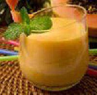 BATIDO ANTIGRASA DE PIÑA Y PAPAYA Para preparar el batido picamos media papaya y media piña, añadimos un vaso de leche desnatada (se puede sustituir por leche de soja si se prefiere) y dos cubitos de hielo.    Picamos en la batidora de vaso o en la Thermomix hasta que quede como una crema homogénea y dejamos enfriar unos minutos.