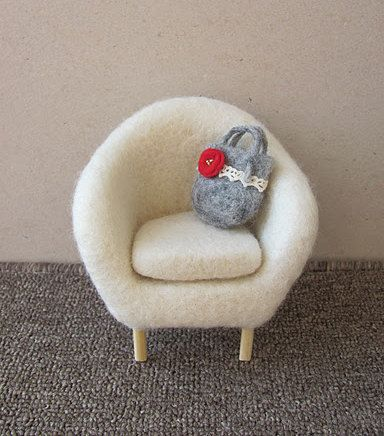 GREAT IDEA    Needle felted chair for Momoko Barbie Pullip Blythe by moonfaced
