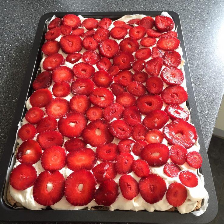 Denne frugt lagkage er en super dejlig og en nem kage at lave. Man kan bruge alle slags frugter, og det ser også helt festligt ud, hvis der er forskellige