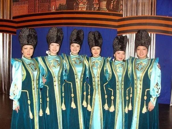 Altay halkı, yarı göçebe bir halktı. Hayvancılık ve avcılık yaşamlarının önemli bir parçasıydı. Bu halkın çoğunluğu Rusların etkisiyle yerleşik yaşama geçti. Altayların bir kısmı geleneksel inançları olan Şamanizme bağlıyken bir kısmı Ortodoks'tur. 1904 yılında, Rus yayılmacılığına tepki olarak Ak Ceng veya Burhanizm denilen bir dinsel hareket de gelişmiştir. Altay halkı için Tibet Budizmi ve Şamanizm önemli inançlardır. Altaylar, Altay Cumhuriyeti'nde tapınaklar bulunmadığı için hacca Tuva…